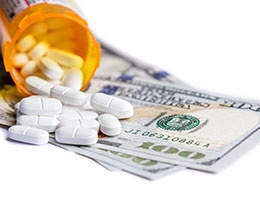Blog_OpioidPrescribingLiabilityTrends_PrescripBottleOpenPillsMoney_260x200px