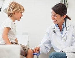 Blog_PatientSatStartsWithPhysicianSat_MedProfExamPedsReflexesSmile_260x200px